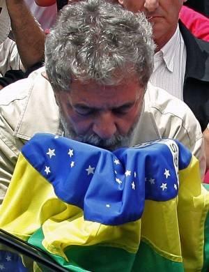 Lula beijo bandeira do Brasil